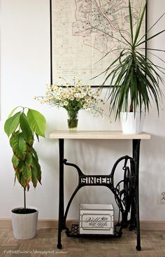 flowers and old singer table Laminate Furniture, Furniture Update, Rustic Furniture, Furniture Makeover, Antique Sewing Machine Table, Old Sewing Machines, Sewing Table, Singer Table, Pottery Barn Style