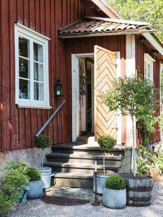 Swedish cottage. Rural. Red and white. Plants. Lantliv.com visar fotografen Carina Olanders hus från 1800-talet.