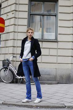 Moleton, jeans, long blazer and all star.