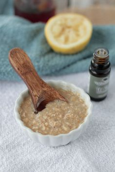 Honey Oatmeal Acne Mask - Fight acne naturally with this homemade acne mask with oatmeal, honey, lemon, and tea tree oil