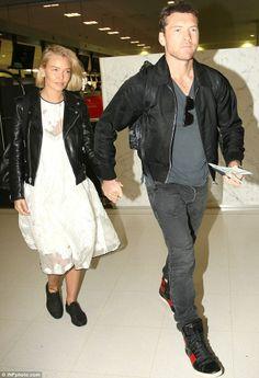 Lara Bingle and Sam Worthington - At Sydney International Airport. Jeans Fashion, Leggings Fashion, Cute Fashion, Fashion Models, Fashion Dresses, Fashion Trends, Minimalist Style, Minimalist Fashion, Marta Ortega