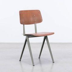 Nederlands industrieel design op z'n best. Deze stoel werd eind jaren '50 ontworpen en geproduceerd door Galvanitas in Oosterhout. Het ontwerp heeft typerende passerpoten, gemaakt uit gevouwen plaatstaal. De zitting en rugleuning zijn gemaakt in ijzersterk Pagholz hout. De Galvanitas S16 wordt gemaakt in de originele fabriek met de originele productmallen.