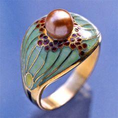 JUGENDSTIL  Superb Secessionist Ring  Gold Plique-à-jour Pearl  H: 1.3 cm (0.51 in)  W: 1.8 cm (0.71 in)   Marks: French import owl mark  European, c.1900