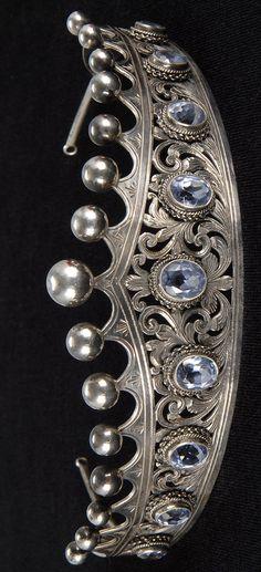 ITALIAN FINE SILVER AND AQUAMARINE TIARA BY PERUZZI. With nine aquamarines in various sizes set in a filagree tiara