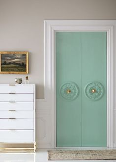 Closet doors are essential, but usually forgotten about when it comes to area décor. Create a make over for your area with these closet door ideas. It is necessary to produce special closet door ideas to enhance your residence decoration. Home Decor Hacks, Home Hacks, Diy Home Decor, Diy Closet Doors, Closet Door Makeover, Closet Makeovers, Closet Redo, Porta Diy, Diy Interior Doors