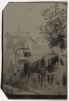 Anonymous | Twee mannen en twee vrouwen in een koets met twee paarden ervoor, met op de achtergrond een houten huis, Anonymous, c. 1870 - 1900 |