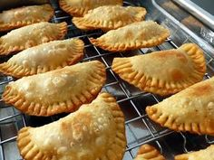Discover recipes, home ideas, style inspiration and other ideas to try. Spanish Dishes, Mexican Dishes, Mexican Food Recipes, Sweet Recipes, Masa Empanadas Recipe, Baked Empanadas, Masa Recipes, Cooking Recipes, Boricua Recipes