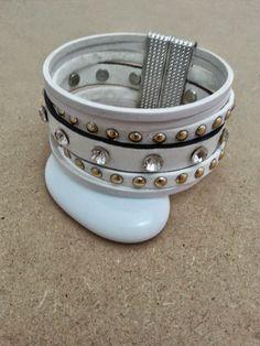 joli bracelet manchette cuir, suédine cloutée dorée, lanière cuir blanc aux 12 strass, 3 fines lanières cuir : Bracelet par creationsannaprague