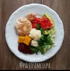 Almoço delícia por aqui: hambúrguer de frango abacate tomate salada verde (acelga agrião e salsinha) couve flor abóbora e beterraba. #dieta #dietas #dietasemsofrer #dietasemfome #dietapaleolitica #dietapaleo #paleo #paleofood #paleolitica #paleodiet #primal #realfood #foodporn #mydiet #paleoliving #paleolifestyle