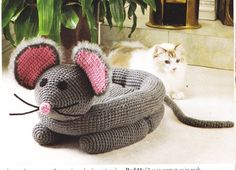 Pampered Pets – Snuggly Mouse Bed pattern by Cynthia (Cindy) Harris Crochet Mouse Cat Bed Chat Crochet, Crochet Mouse, Crochet Baby, Crochet Crafts, Crochet Projects, Crochet Books, Diy Crafts, Crochet Magazine, Pet Beds
