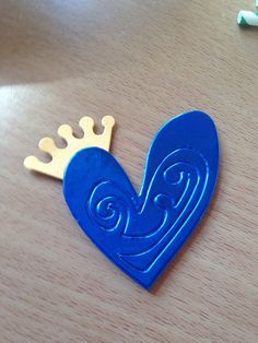 Spilla cuore azzurro con corona  carta su spugna  di Pabiru, €7.00