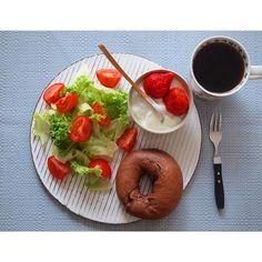 sakurarumiおはようございます。本日も#チョコベーグル  昨日、スーパーで#イチゴ のタイムセールしていて、タイムセールといっても安い買い物ではなかったのですが、莓の香りにやられて買ってしまいました( ´艸`) 地元#霧島 で穫れた#ok #いちご ♥  #手作りパン#パン#ベーグル#朝食#朝ごはん#おうちパン#おうちカフェ#おうちごはん #breakfast#brunch#bagle#bagles#foodpic#food#foodstgram#foodphoto#thirdwavecoffee#coffee#strawberries #homemade#homemadebakery#Kagoshima#ワンプレート
