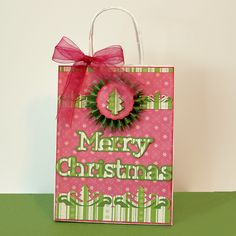 Make your gifts even more meaningful by creating your own gift bag like this one with the #Cricut!