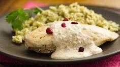 Sírveles a tus invitados estas pechugas de pollo servidas con una suculenta salsa de nuez.