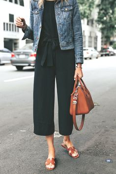 Trend Jackson with black jumpsuit Everlane Denim jacket Mild brown sandals Mild brown tote bag Fashion Mode, Look Fashion, Fashion Outfits, Womens Fashion, Fashion Tips, 90s Fashion, Chubby Fashion, Fashion Articles, Petite Fashion