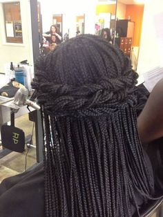 All styles of box braids to sublimate her hair afro On long box braids, everything is allowed! For fans of all kinds of buns, Afro braids in XXL bun bun work as well as the low glamorous bun Zoe Kravitz. Box Braids Hairstyles, Braided Hairstyles Tutorials, African Hairstyles, Black Women Hairstyles, Hairstyle Braid, Famous Hairstyles, Wedding Hairstyles, Dreadlock Hairstyles, Hair Updo