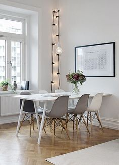 Mix up chairs for white table in front dining. grey white and black dining chairs: sympa le mélange gris/blanc des chaises Eames Dining Room Inspiration, Interior Inspiration, Sweet Home, Interior Decorating, Interior Design, Deco Design, Scandinavian Interior, Home Living Room, Kitchen Interior