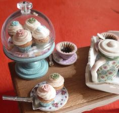 Miniature cupcakes and cupcake liners. Multiple variations on technique. I believe this site is in French. Lots of helpful photos, though.