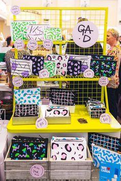 Craft stall display, craft booth displays, craft show booths, market di Craft Stall Display, Market Stall Display, Craft Show Booths, Vendor Displays, Craft Booth Displays, Bag Display, Market Displays, Display Ideas, Vendor Booth