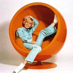 Ball Chair armchair by Finnish designer Eero Aarnio has made design history. The fact that the extravagant ball chair was designed in 1966 - a time when plastic was the new trend materia 60s Furniture, Mid Century Furniture, Furniture Design, Ball Chair, Egg Chair, Sillas Louis Ghost, Orange Power, Anos 60, Ideas