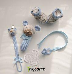 Canastilla Osete: sonajero, chupetero y chupete amigurumi, y botas. Crochet Yarn, Crochet Flowers, Crochet Toys, Free Crochet, Baby Set, Little Girl Toys, Handmade Baby Gifts, Kids Necklace, Crochet Baby Booties