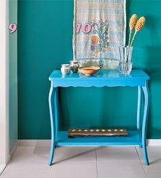 O azul-céu aplicado à mesa despertou a vontade de colorir ainda mais o hall de entrada.