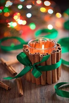 Iniziano i preparativi per la vigilia o per il pranzo di natale, non sapete come creare un' atmosfera natalizia originale senza dover spendere per forza molti soldi per le decorazioni della tavola? Ecco come realizzare un simpatico porta candela, utilizzando semplicemente delle stecche di cannella, un bicchiere, un nostro colorato e ovviamente una candela di piccole dimensioni, meglio se quelle piatte inserite nel contenitore di metallo, non necessariamente la candela che