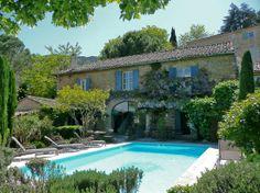 En bordure d'un vieux village provençal à l'orée du Luberon, charmante maison en pierre et son jardin fleuri offrant de jolies perspectives sur les monts Vaucluse.