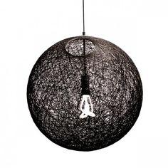 La sphère linéaire est un pendentif lumineux moderne composé de brins de fil en forme de boule. Ce pendentif frappant est fantastique dans presque toutes les scènes de la pièce. Livré avec un trou angulé au sommet pour permettre à l'utilisateur d'accéder facilement à la modification de l'ampoule.n nDisponible en noir ou en ivoire.n nSupplied entièrement assemblé.