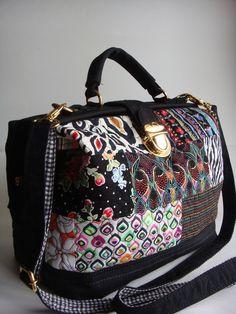 Bolsa feita de lona, na frete patchwork de tecido de algodão, quitada em manta acrílica. Possui alça de mão e alça transversal. R$ 175,00