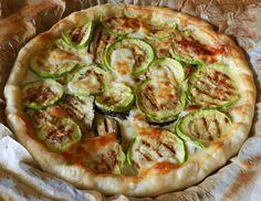 La torta di melanzane e zucchine è un piatto ideale da servire come antipasto o contorno o alternativa vegetariana.
