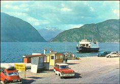 Hordaland fylke Ulvik kommune Hardanger Brimnes fergekai med M/F Osafjord og biler på kaia. 1960-tallet