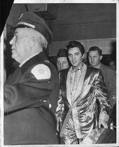 Elvis backstage before his afternoon concert in april 2 1957 in Toronto Canada. Rock And Roll, Young Elvis, Elvis Presley Photos, Memphis Tennessee, Rhythm And Blues, Norma Jeane, Graceland, John Lennon, Photos Du