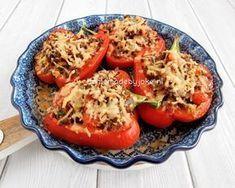 Gevulde paprika met gehakt, een super lekker gerecht wat erg gemakkelijk is om te maken. Je kunt de paprika's vullen met wat jij het lekkerste vindt. Ik heb gekozen voor een vulling van gehakt en groentes met wat geraspte kaas erover.
