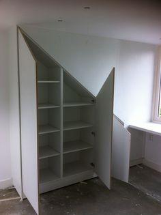 In opdracht van een klant uit Huizen heeft Bensdorp Interieurbouw een kast op maat gemaakt. Deze is pas gemaakt onder het schuine dak van de zolderkamer.