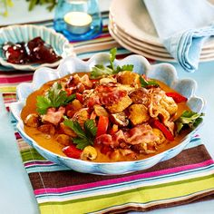 Kycklinggryta med svamp och bacon Bacon, Thai Red Curry, Broccoli, Ethnic Recipes, Food, Green Bean, Essen, Meals, Yemek