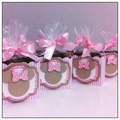 E nossa semana está assim...dourada e rosa!!! Personalizados Minnie em produção para o aniversário da Maria Carolina!!! #amomuitotudoisso #projetominnierosa #minnierosa #minnie #temaminnie #festaminnie #festademenina #scrapfesta #mimosbyvanessa