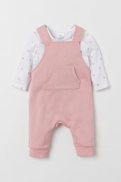 Long-sleeved top in soft jersey and bib overalls in organic cotton sweatshirt fabric. Overalls with a kangaroo pocket adjustable straps with snap fastener and ribbed hems. Kids Outfits Girls, Girl Outfits, Style Salopette, Baby Girl Fashion, Kids Fashion, Baby Pink Clothes, H&m Baby, Bib Overalls, Dungarees