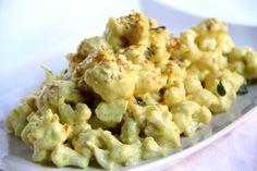 Cavolfiore alla crema di curry decorato con foglioline di maggiorana e semi di sesamo