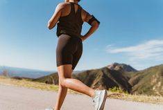 8 Ways to Prevent Shin Splints for Runners Shin Stretches, Walking Up Stairs, Lose Weight Running, Running Injuries, Leg Curl, Shin Splints, Knee Pain, Health Fitness, Sporty