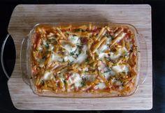 Borsós-paradicsomos-mozzarellás tésztagratin Ravioli, Hawaiian Pizza, Penne, Gnocchi, Mozzarella, Vegetable Pizza, Food And Drink, Vegetables, Cooking