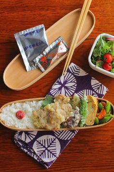 白米豚ヒレ肉の柚子胡椒天ぷら野菜の天ぷら(茗荷、しし唐、椎茸)出汁無し巻き卵スナップエンドウと人参の胡麻和えサラダ今日は「豚肉の柚子胡椒天ぷら」が主役のお弁当。衣に柚子胡椒を溶き入れて揚げただけのシンプルなものですが、柚子胡椒の香りがしっか