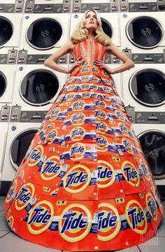 Num ensaio para a revista Virgine Magazine  vemos modelos usando os mais excêntricos vestidos feitos dos mais inusitados materiais.        ...
