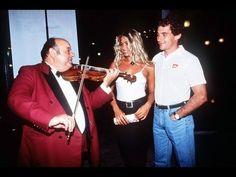"""Ayrton Senna em entrevista e Adriane Galisteu o acompanha. Hungria, 1993. 0:30 """"Você quer beber alguma coisa? Uma coca?"""" Adriane adorava Coca-Cola. 0:44 Ayrton olha para Adriane."""