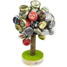 Per l'albero della birra non è necessario avere il pollice verde, basta avere la gola secca perché con ogni bottiglia di birra l'albero cresce un pezzettino. Il potente magnete sul tronco dell'albero può sostenere tranquillamente 120 tappi a corona.