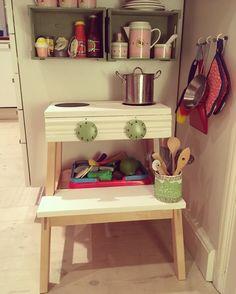 Fik ideen til dette legekøkken her på Pinterest. En IKEAskammel og lidt genbrug. Table, Furniture, Home Decor, Decoration Home, Room Decor, Tables, Home Furnishings, Home Interior Design, Desk