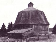 In the center of some early-twentieth century round barns is an enclosed wooden silo for storing fodder, while other round barns use the center for hay storage.