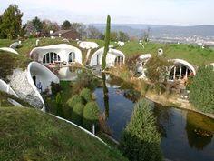 Hobbits in der Schweiz | Öko-Architektur: Von Hobbit-Häusern und Hochglanzbauten