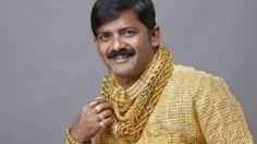 """Image copyright                  Press Trust of India Image caption                                      La policía sospecha que una disputa por dinero fue el detonante del asesinato.                                """"El hombre de oro"""".  Así es como se conocía a Datta Phuge, un prestamista indio que compró una de las camisas más caras del mundo, hecha con más de 3 kg de oro, por un precio de US$250.000.  Su obsesión con el vali"""