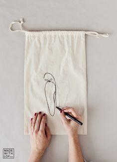 Made with lof: DIY Tu bolsa de zapatos personalizada en 5 minutos! Bag Patterns To Sew, Sewing Patterns, Creative Bag, Diy Tote Bag, Bag Packaging, Linen Bag, Bag Organization, Cloth Bags, Small Bags
